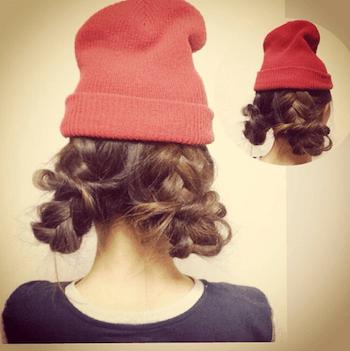 オレンジニット帽×編み込みくるりんぱのニット帽に合う髪型