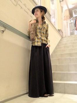 黒色マキシスカート×ネルシャツ×ハット