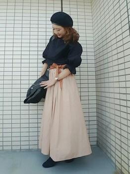 サッシュベルト×黒色のブラウス×ロングスカート