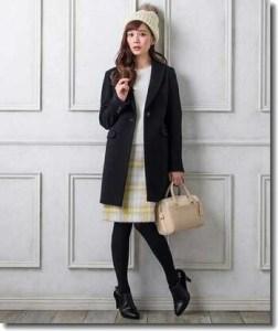 黒色のフーデッドコート×ボートネックニット×タイトスカート