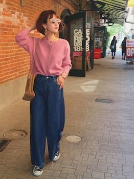 ピンクのカーディガン×ワイドデニムパンツ×ショルダーバッグ