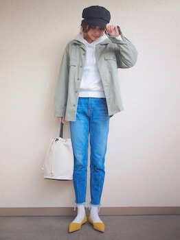 白のパーカー×ミリタリージャケット×ジーンズ