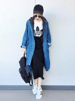 黒のパーカー×ブランドTシャツ×黒タイトスカート