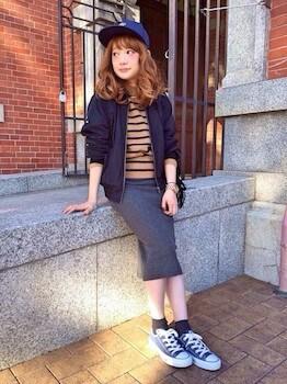 ネイビーのスニーカー×ボーダーTシャツ×タイトスカート