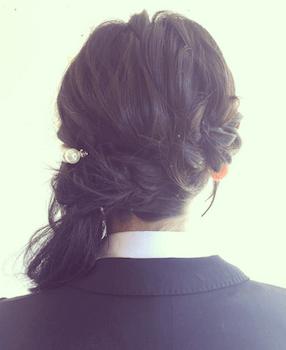 卒業式でスーツに合うセミロングの三つ編みサイドポニーの髪型