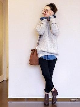 デニムシャツ×セーター×黒デニムパンツ