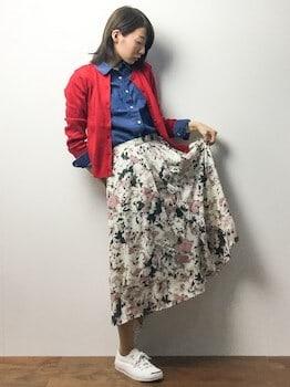 赤のカーディガン×デニムシャツ×花柄フレアスカート