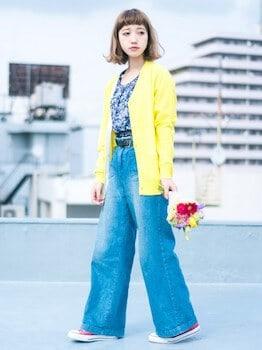 黄色のカーディガン×花柄トップス×デニムワイドパンツ
