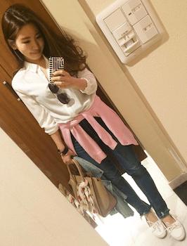 ピンクのカーディガン×白シャツ×ジーンズ