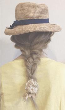 麦わら帽子に似合う髪型5:フィッシュボーン×シュシュ
