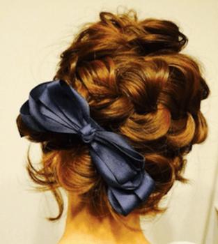 結婚式で人気のショートのカーリー&ビックリボンの髪型