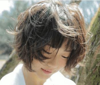ショートのボサフワの髪型