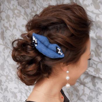 ヘアアクセサリーを使ったゆるふわカールアップの髪型
