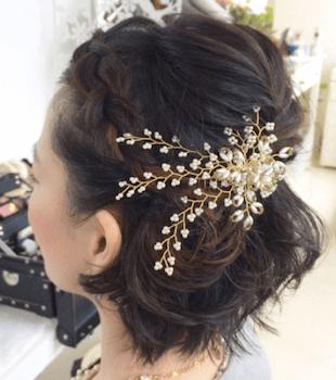 結婚式で人気のショートのビジューコサージュ留めの髪型