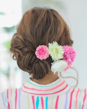 7浴衣に合うレディースのくるりんぱ&花飾りのロングの髪型