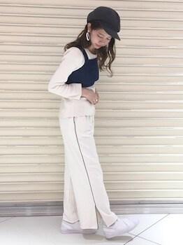 21サイドラインパンツ×白長袖Tシャツ×ショートタンクトップ