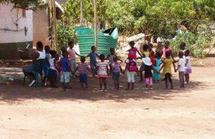 Kidsclub_Blok_A_Stichting_Thembalethu_Nederland_New_Hope_Zuid_Afrika_Om_Een_Wees_Kind_Te_Laten_Zijn-17-1024x768-850x550
