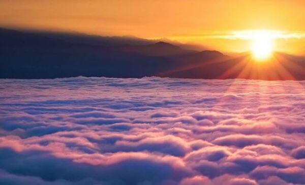 gambar pemandangan diatas awan