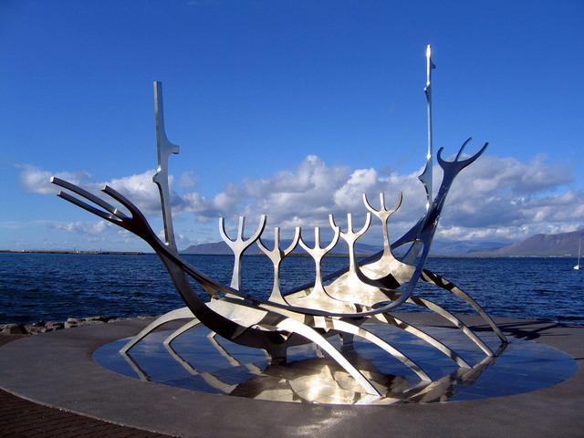 Скульптура Рейкьявика на побережье. Фото