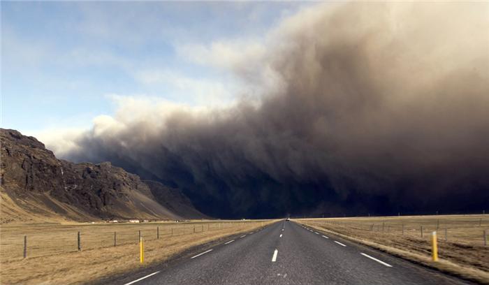 Облако дыма и пепла вулкана Эйяфьятлайокудль. Фото