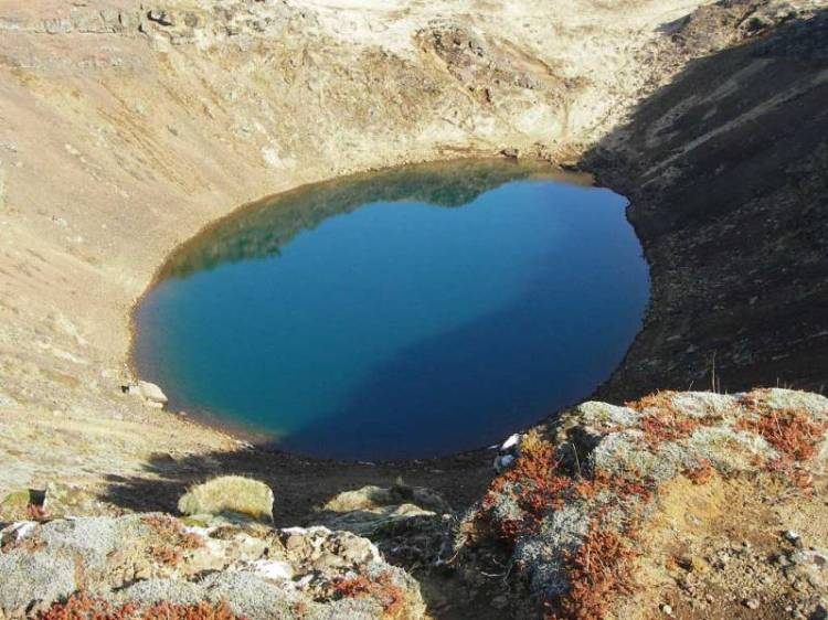 Озеро в кратере вулкана в Исландии. Фото