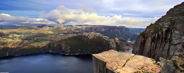 Скала Прекестулен на фоне Люсе-фьорда. Панорамное фото