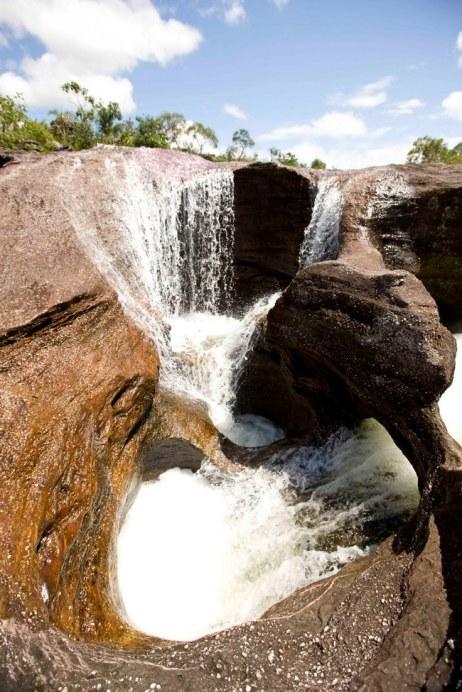 Падение воды в колодцы на реке Каньо Кристалес. Фото