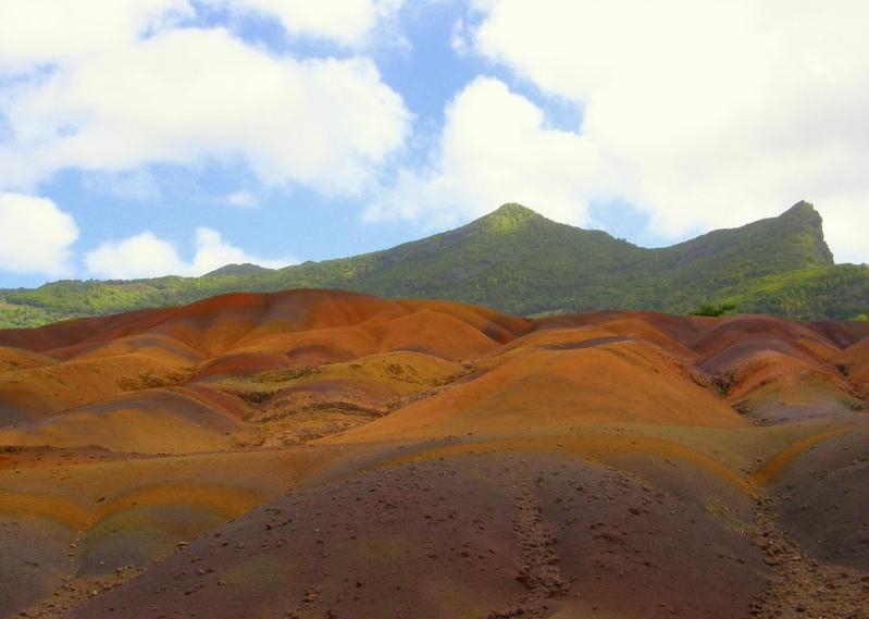 Цветная земля в селе Шамарель (Маврикий). Фото