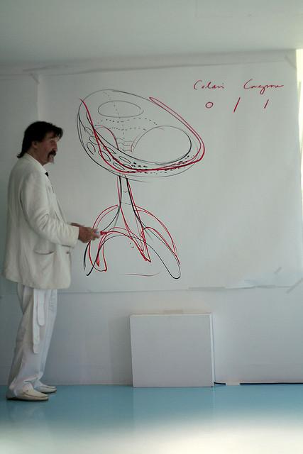 Луиджи Колани с чертежом стула / Luigi Colani. Фото