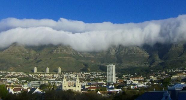 Туман-скатерть над Столовой горой. Фото / Table Mountain (South Africa). Photo