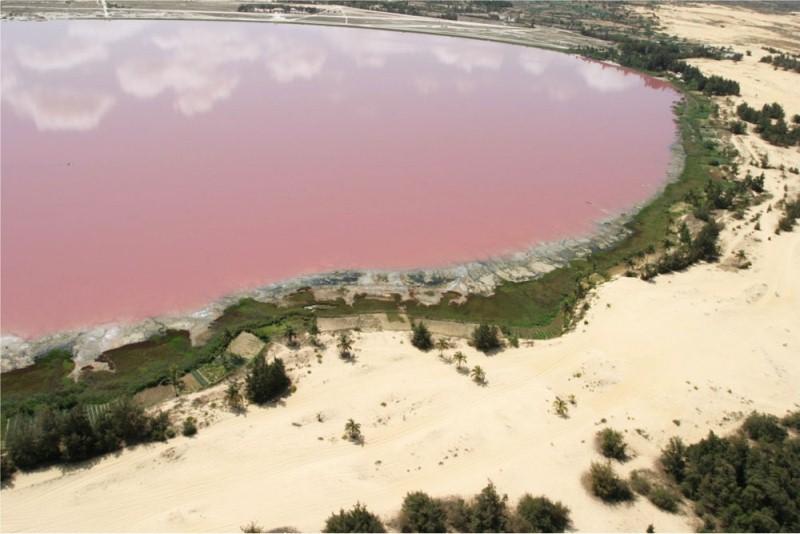 Соленое розовое озеро Ретба в Сенегале. Фото