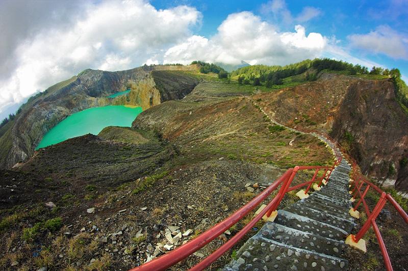 Лесенка к озерам, меняющим цвет в кратере Келимуту. Фото