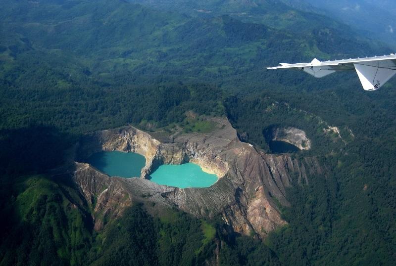 Вид с самолета на разноцветные озера в кратере Келимуту. Индонезия