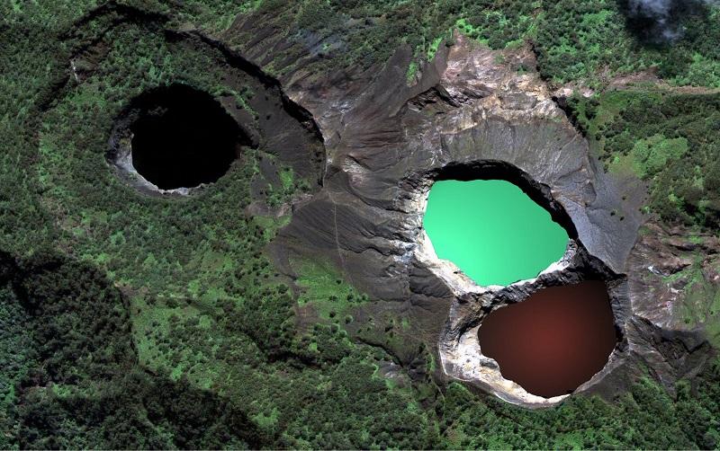 Озера, меняющие цвет в кратере Келимуту. Вид с высоты