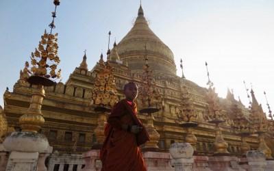 Pagoder og røde munke i Myanmar