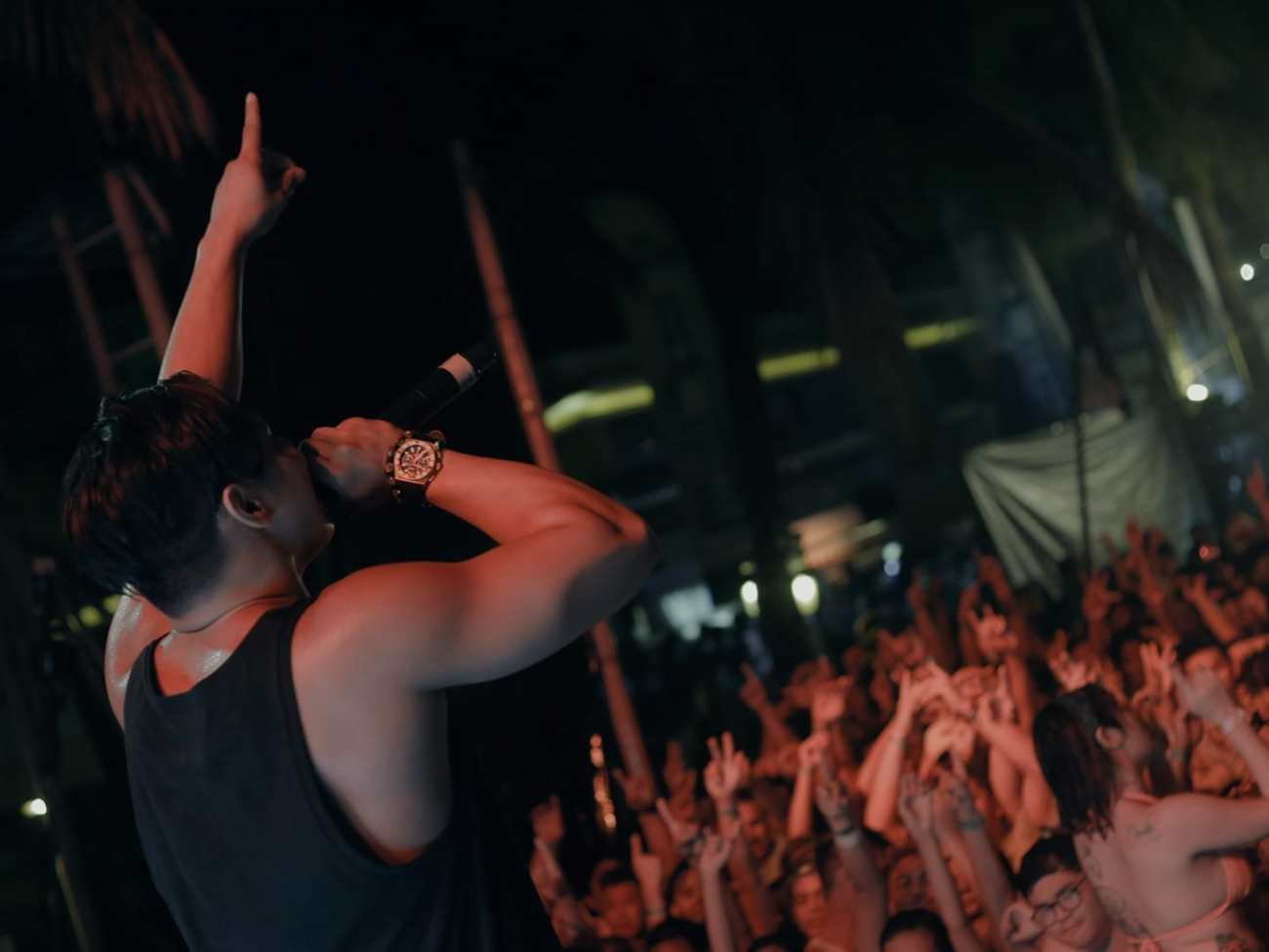 Laboracay Victor Pring chanting at the crowd