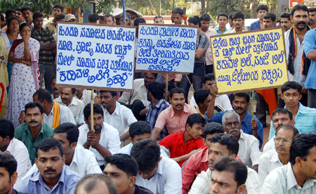 Protest in Mangalore against newspaper Karavali Ale and its blackmail editor B.V.Seetharam
