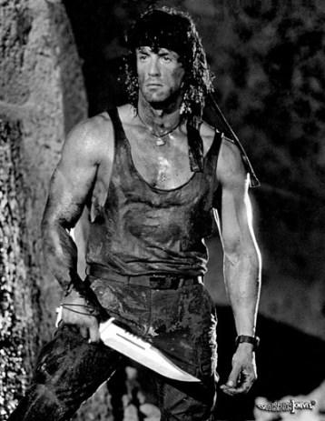 Rambo mit Rambo-Messer wie er leibt und lebt - was für ein Herzblatt