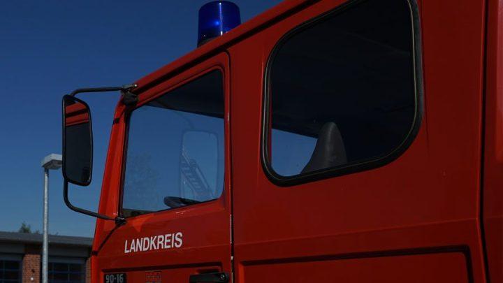 Dachstuhl eines Gutshauses im Vollbrand – Großaufgebot der Feuerwehr im Löscheinsatz
