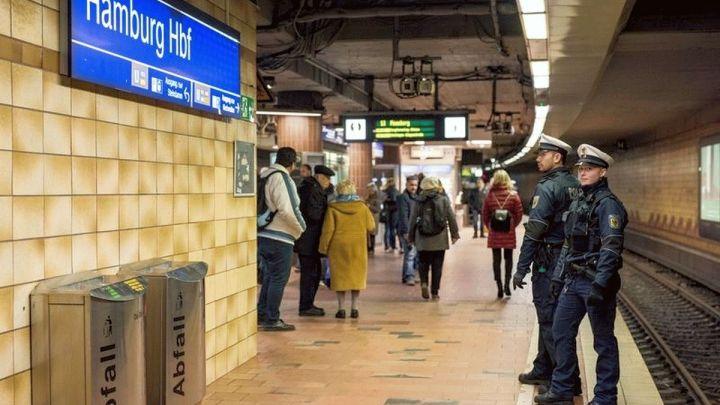 Mann stürzt ins Gleisbett und wird von S-Bahn erfasst