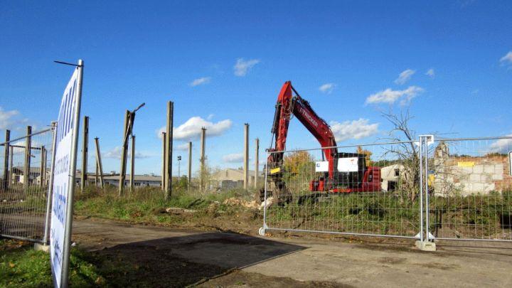 Blühende Wiesen statt Betonbaracken: Abriss der ehemaligen Stallanlagen in Neuhaus