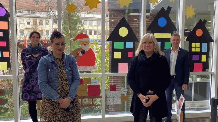 Kinder basteln Weihnachtsschmuck für das Uelzener Rathaus