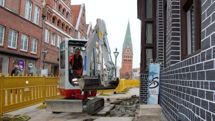 Bis April kommt Wasser ins Spiel: Tiefbauarbeiten für Fontänenfeld auf dem Platz Am Sande haben begonnen