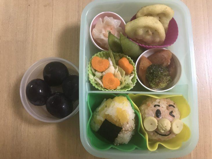 くるりんの今日のお弁当 2017.10.11. シャケのご飯のアンパンマンおにぎりと壺漬け三角おにぎり