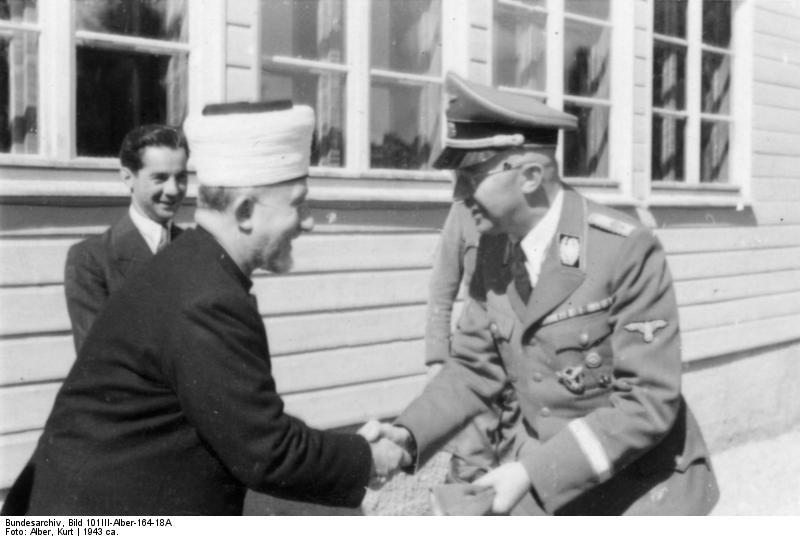 Amin al-Husseini modtages af Reichsführer-SS, Heinrich Himmler, 1943. Originalfoto: Bundesarchiv (https://en.wikipedia.org/wiki/File:Bundesarchiv_Bild_101III-Alber-164-18A,_Gro%C3%9Fmufti_Amin_al_Husseini,_Heinrich_Himmler.jpg)