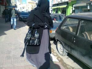 En korrekt tildækket og dermed frigjort kvinde. Bare hun ikke stiger ind i bilen! (som hun ikke må føre, hvilket passer fint til, at kvinder ikke kan finde ud af dette).