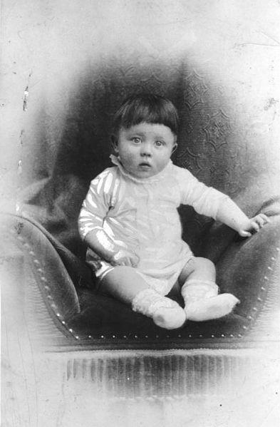 Adolf Hitler som etårig (ca.). Foto: Bundesarchiv, Bild 183-1989-0322-506