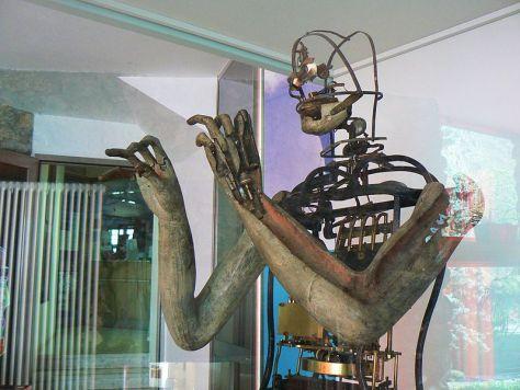 """En robot af typen """"Hans Jørgen Bonnichsen"""" under montering på UR's robotværksted. Der er (som bekendt) tale om en model baseret på stærkt forældet viden og teknologi."""