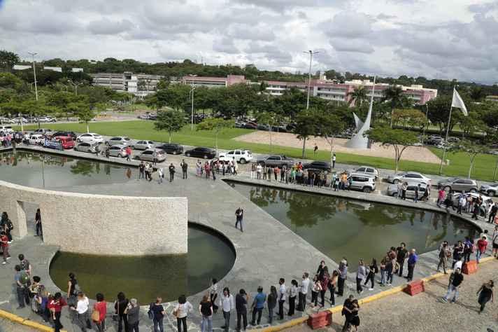Manifestantes reunidos em torno do espelho d´água da Reitoria