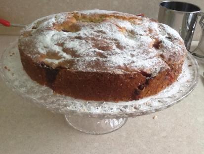 הופכים את העוגה על צלחת ומפזרים עליה אבקת סוכר